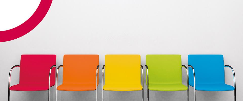 Key-Visual MTS-System: Stuhlreihe mit verschiedenen Farben der Stühle