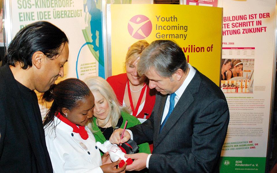 Klaus Wowereit eröffnet die SOS-Kinderdorf Wanderausstellung