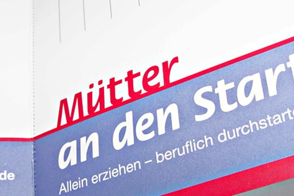 Sicht in den Flyer Mütter an den Start SOS Kinderdorf