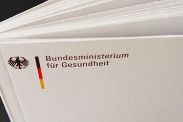 Blick auf Broschüre mit Logo