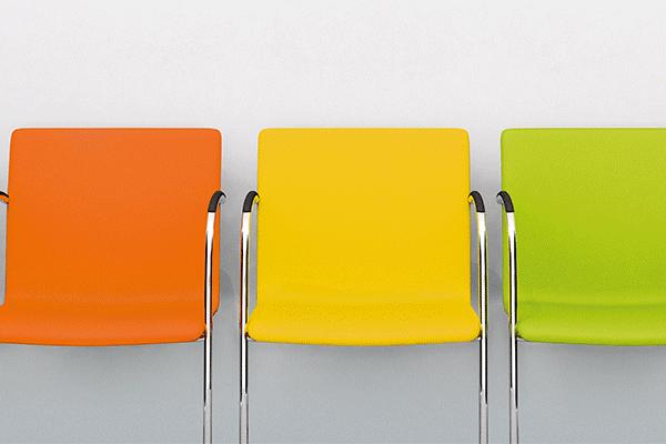 Stuhlreihe mit farbigen Stühlen MTS-System Vivantes Berlin