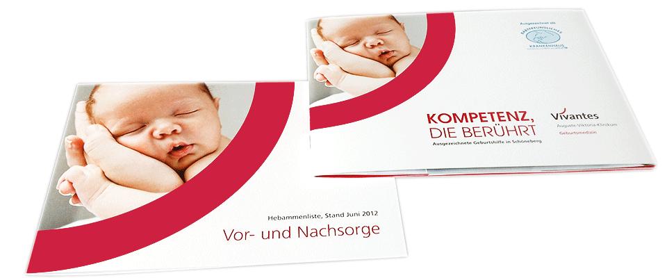 Blick auf Broschüre und Einleger Geburtsmedizin Vivantes Schöneberg