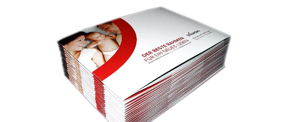 Blick auf Stapel Broschüren Geburtsmedizin Vivantes