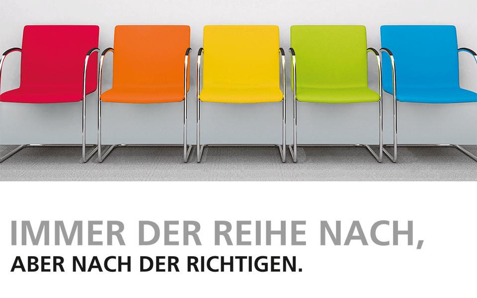 """Stuhlreihe in Farbe mit Überschrift """"Immer der Reihe nach ..."""""""