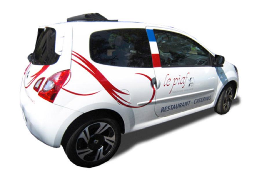 Bick auf Fahrzeugbeschriftung Le Piaf