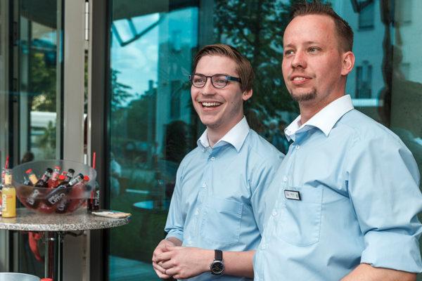 Ramon (links im Bild), ehemaliger Auszubildender des SOS-Kinderdorf Berlin und nun Mitarbeiter des Hotel Rossi, fühlt sich im Team des Hotel Rossi willkommen.