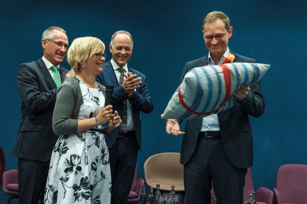 Als Geschenk überreichte Kirsten Spiewack, Einrichtungsleitung SOS-Kinderdorf Berlin, dem Regierenden Bürgermeister von Berlin, Michael Müller, ein selbstgewebtes Kissen aus einer SOS-Dorfgemeinschaft.